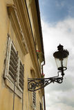 Gammal lampa på en vägg Arkivbilder