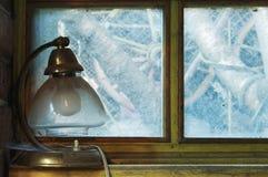 Gammal lampa på fönsterbräda Royaltyfri Bild