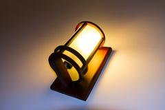 Gammal lampa på hotellväggen. Royaltyfria Foton