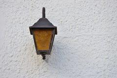 Gammal lampa på väggen Royaltyfri Fotografi