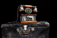 Gammal landlinetelefon och tappningresväska fotografering för bildbyråer