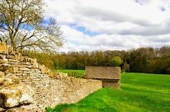 Gammal lantgård, Bibury, Cotswold, England Royaltyfri Foto