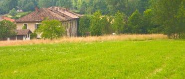 Gammal lantgård i landet Royaltyfria Foton