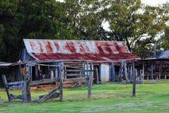 Gammal lantgårdbyggnad på skärm Arkivfoto