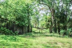 gammal lantgårdport Arkivbilder