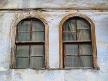 Gammal lantlig båge Windows med träramar arkivbild