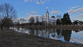 Gammal lantlig kyrka på solnedgångtid, video för tidschackningsperiod stock video
