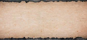 Gammal lantlig pålagd trätabletop för tomt papper arkivbild