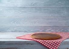 Gammal lantlig tabell med det runda pizzabrädet Arkivbild