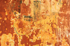 Gammal lantlig tegelstenvägg med den spruckna stuckaturen Royaltyfria Bilder