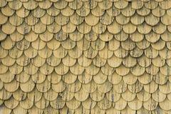 Gammal lantlig wood belägga med tegel takväggtextur Guling riden ut bakgrund Arkivfoto