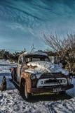Gammal lastbil för otvungenhet efter snö Royaltyfri Fotografi