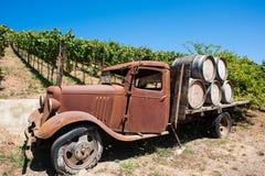 Gammal lastbil i en Mendocino druvavingård Arkivbild