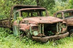 Gammal lastbil i gammal min Arkivbilder