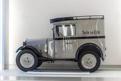 Gammal lastbil i splitterny villkor royaltyfria bilder