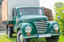 Gammal lastbil, klassisk bil Arkivfoto