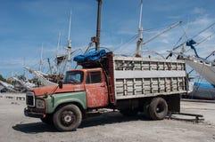 Gammal lastbil på porten Arkivfoto