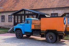 Gammal lastbil som göras i 70 år av det sista århundradet 7 April 2019 latvia arkivbild