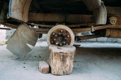Gammal lastbil utan hjulet royaltyfri foto