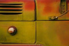 Gammal lastbilnärbild Abstrakt bakgrundsapelsin och gröna färger Rostig yttersida i grungestil Arkivfoto
