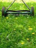 gammal lawngräsklippningsmaskin royaltyfri fotografi
