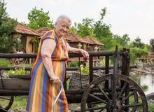 gammal le kvinna Royaltyfria Foton