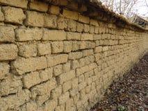Gammal leramurverkvägg Vägglerategelstenar och sprickor som är passande för lantlig retro stilbakgrund fotografering för bildbyråer