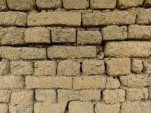 Gammal leramurverkvägg Vägglerategelstenar och sprickor som är passande för lantlig retro stilbakgrund royaltyfri fotografi
