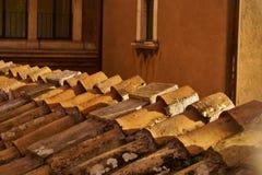 Gammal lerategelplatta på ett takslut upp Royaltyfria Foton