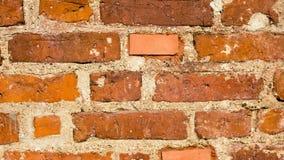 Gammal lerategelstenvägg, närbildskott av textur för bakgrund Arkivfoto