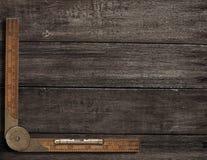 Gammal linjal på grov wood bästa sikt för tabell fotografering för bildbyråer