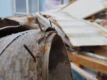 Gammal linoleum med spikar och gammalt bräden, reparationer och konstruktionsskräp royaltyfri fotografi