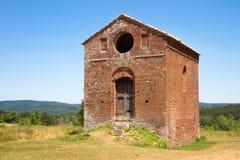 Gammal liten byggnad nära abbotskloster av San Galgano i landskapet Arkivfoto