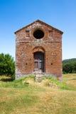 Gammal liten byggnad nära abbotskloster av San Galgano i landskapet Fotografering för Bildbyråer