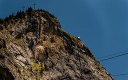 Gammal liten kabelbil på en brant kulle, engelberg Schweiz Royaltyfri Bild