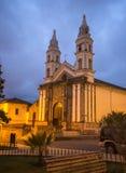 Gammal liten kyrka på natten Royaltyfria Foton