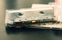 Gammal ljudkassett på en mörk träbakgrund Arkivbilder