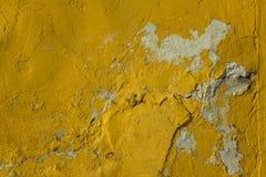 Gammal ljus gul sjaskig v?gg med djup l?ttnad, skada och vita fl?ckar med skuggor Textur f?r grov yttersida royaltyfri fotografi