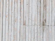 Gammal ljus vägg som täckas med bräden Arkivfoton