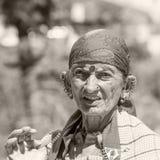 Gammal lokal kvinna i Naggar, Indien arkivfoton