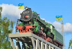 Gammal lokomotiv på en sockel royaltyfri fotografi