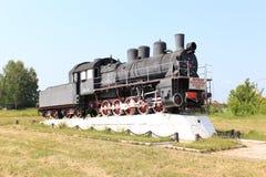 Gammal lokomotiv på en sockel royaltyfri bild
