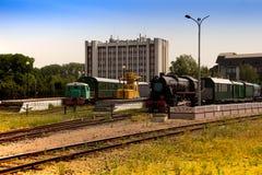 Gammal lokomotiv på sidspåren av järnvägsstationen arkivfoton