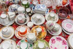 Gammal loppmarknad för kitchenware (plattor, koppar etc.) arkivfoto