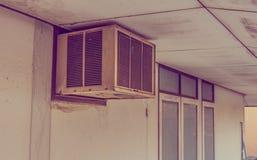 gammal luftkompressor på dagtid royaltyfria foton