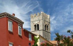 Gammal Lutherankyrka för klockstapel. Staden av Motovun, Kroatien Arkivfoto