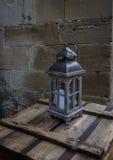 Gammal lykta i den forntida europeiska staden Arkivfoton