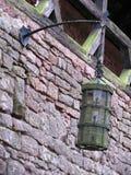 Gammal lykta i slotten Haut-Koenigsbourg i Alsace royaltyfri fotografi