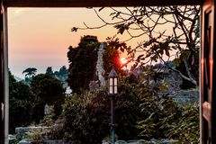 Gammal lyktakontur i gammal stadstång i Montenegro royaltyfri fotografi