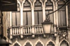 Gammal lyktstolpe i sepiasignal i Venedig Arkivfoto